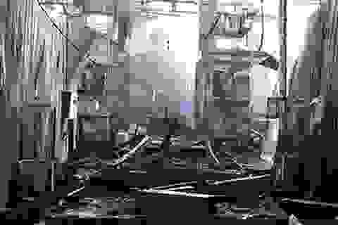 Công ty gỗ cháy dữ dội, công nhân lao vào biển lửa cứu tài sản