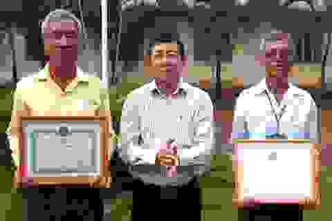 Khen thưởng hai ngư dân cứu 6 người trên hồ Trị An