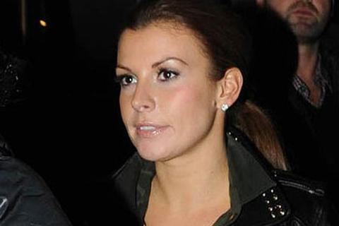 Vợ Rooney khéo léo che bụng bầu đi cổ vũ chồng