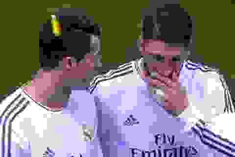 C.Ronaldo lĩnh nguyên cái bật lửa vào đầu