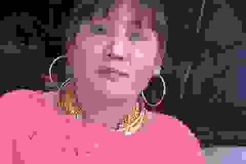 Choáng với hình ảnh người phụ nữ đeo hơn trăm cây vàng ngồi bán hàng mã