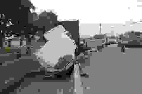 """Xe container tông gãy trụ đèn, """"nằm vạ"""" trên dải phân cách"""