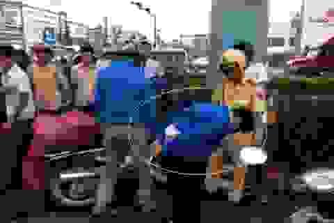 Bị công an truy đuổi, nghi phạm lao vào xe taxi