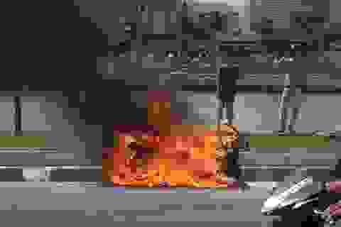 Xe Attila cháy dữ dội gần hầm vượt sông Sài Gòn