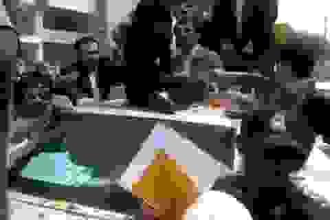 Một phụ nữ nhảy lên nóc xe Tổng thống Iran Ahmadinejad