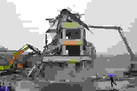 """Trung Quốc phá ngôi nhà nằm """"chình ình"""" giữa đường"""