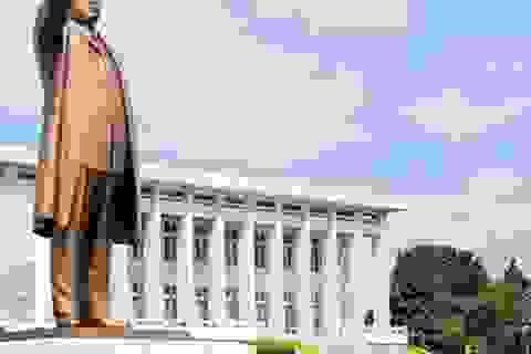 Ông Kim Jong-un viếng ông nội vào giữa đêm