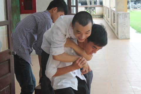 Cậu học trò khuyết tật đến trường trên đôi chân hàng xóm