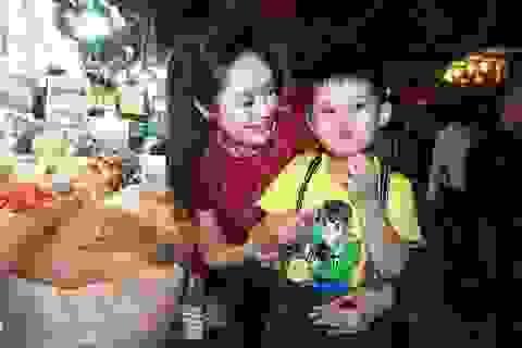 """Diễn viên Thanh Thúy và con trai gây """"náo loạn"""" ở chợ"""