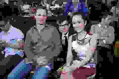 Vợ chồng Hồng Nhung đến chúc mừng học trò cưng Vũ Cát Tường