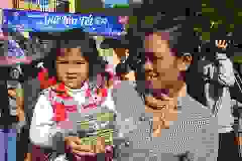 Hàng ngàn chiếc bánh chưng trao tay người nghèo trước thềm Xuân mới