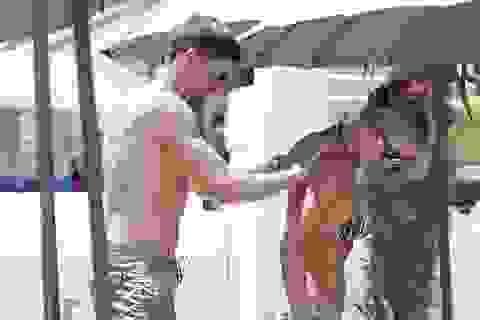 Steven Gerrard bôi kem chống nắng cho vợ giữa chốn đông người