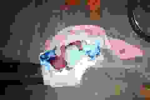Bé trai mới sinh chưa cắt rốn bị bỏ rơi lạnh lẽo trong chùa đêm đông giá