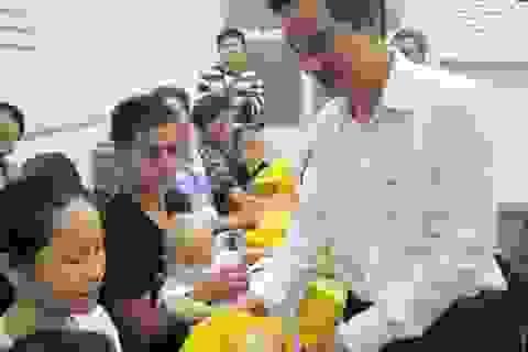 Thăm bệnh nhi nghèo, công nhân vệ sinh đêm Giao thừa