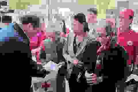 Phó Thủ tướng tặng quà Tết cho người nghèo