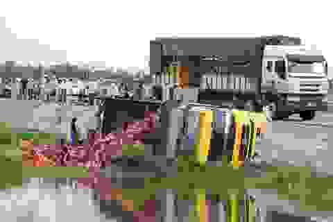 Xe tải lật nghiêng, hàng ngàn két bia đổ bên vệ đường