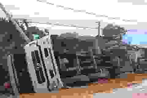 Mưa to, 2 xe tải lật nhào trên đường Hồ Chí Minh