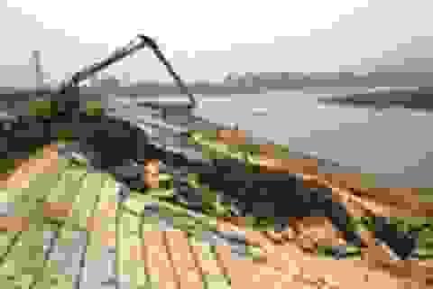 Điểm sạt lở đê kè bãi sông Mã đang được khắc phục