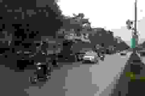 Xe quá tải nối đuôi nhau nghênh ngang đi vào thành phố