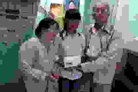 Gia đình việt kiều Canada thăm và trao quà đến các hoàn cảnh nhân ái