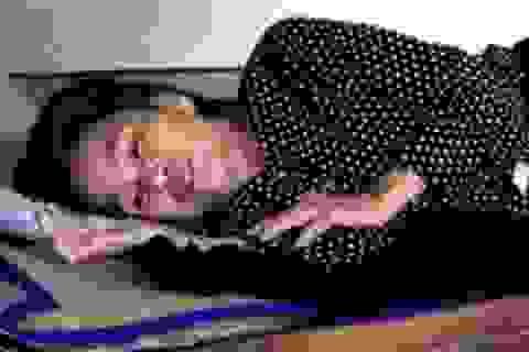 Xót xa người vợ nằm liệt giường trong cảnh cả chồng và con tâm thần