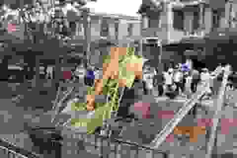 Hơn 400 hộ dân mất điện vì xe cẩu rơi xuống kênh