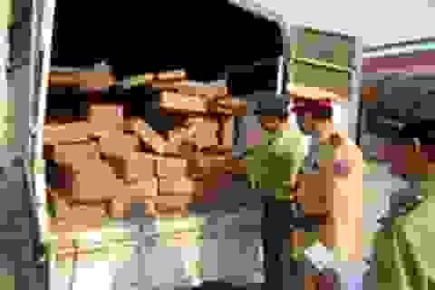 Bắt xe biển Lào chở gỗ lậu