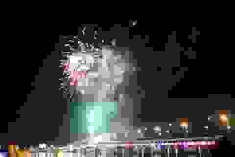 Quảng Bình: Pháo hoa rực trời bên dòng sông Nhật Lệ