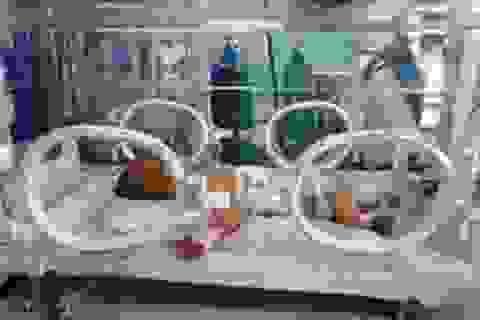 Quảng Bình: Nội tạng bé 2 ngày tuổi chui lên lồng ngực