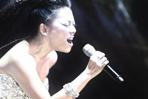 Ca sĩ Hà Linh phản ứng sau ồn ào vì trang phục diễn gây phản cảm