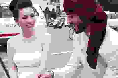 Hoa hậu Thu Hoài diện áo dài duyên dáng xuống phố