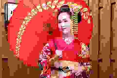 Á hậu Thụy Vân lạ lẫm khi hóa thân thành geisha Nhật Bản