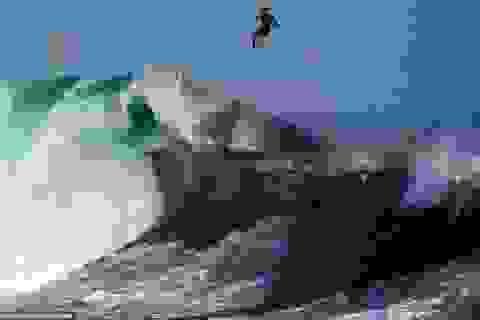 """Ngoạn mục cảnh """"người bay"""" trên ngọn sóng khổng lồ"""
