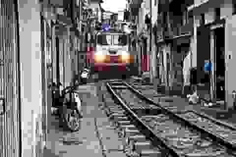 Cuộc sống sát đường tàu ở Hà Nội khiến khách Tây sửng sốt