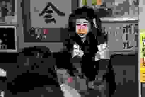 Khỉ làm bồi bàn phục vụ trong nhà hàng