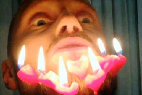 Đốt nến cháy trên râu để mừng sinh nhật