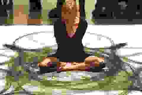 Họa sĩ vẽ tranh đối xứng kết hợp nhiều bộ phận cơ thể