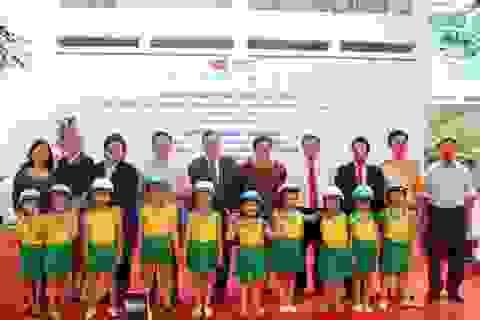 Trợ lý Ngoại trưởng Hoa Kỳ tặng mũ bảo hiểm cho trẻ em tại Hà Nội