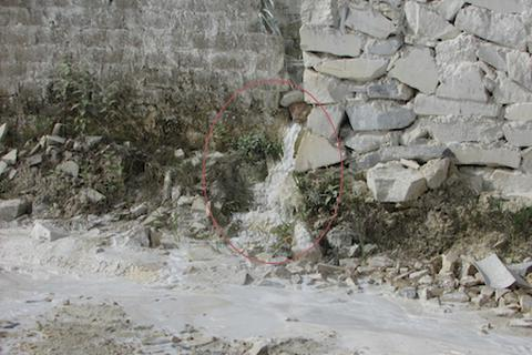 """Doanh nghiệp cưa, xẻ đá xả nước thải bừa bãi """"truy bức"""" môi trường"""