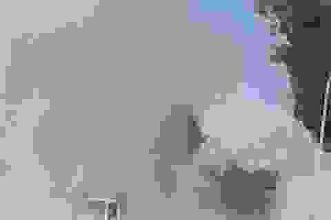 Xe tải đang chạy bốc khói nghi ngút, cả khu dân cư mịt mù