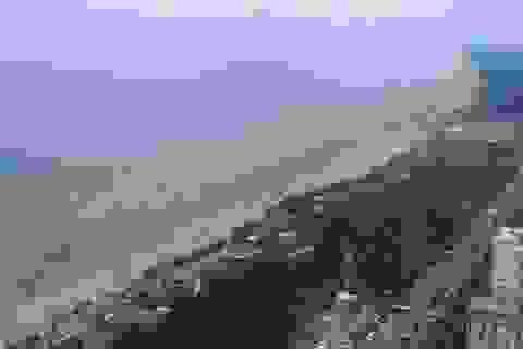 """Hàng vạn khách du lịch chen chân về bãi biển Cửa Lò """"giải nhiệt"""""""