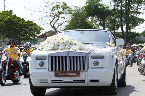 """Đám cưới """"siêu sang"""" với dàn xe Rolls-Royce và mô-tô khủng"""