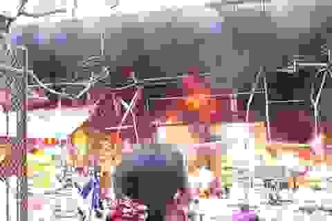 Cháy dữ dội tại chợ Nhật Tân - Hà Nội