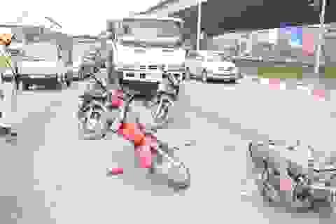 Hà Nội: Xe buýt húc tung giải phân cách, xe téc tông hàng loạt xe máy