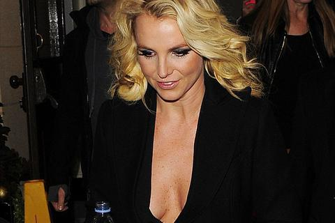 """Britney Spears """"hớ hênh"""" với áo mới"""