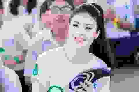 Hoa hậu Ngọc Hân học ký hiệu ngôn ngữ của người câm điếc