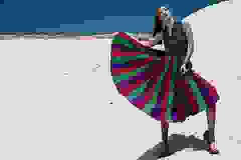 Huyền Trang rực rỡ sắc màu trên cát