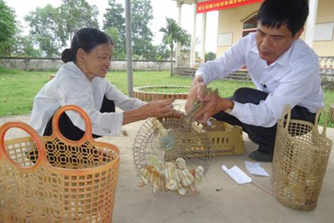 Một nhà báo tặng hơn 2.000 con gà giống cho quê nhà