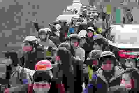 Giới trẻ đổ xô đi chụp ảnh, đường ra bãi đá tắc hàng giờ