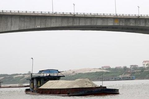 Phát hiện 3 người chết trên tàu chở cát trên sông Hồng
